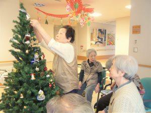 クリスマスツリーを飾り付け